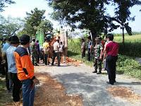 Aksi Gotong Royong Warga untuk Menambal Jalan Ini Patut dijadikan Contoh