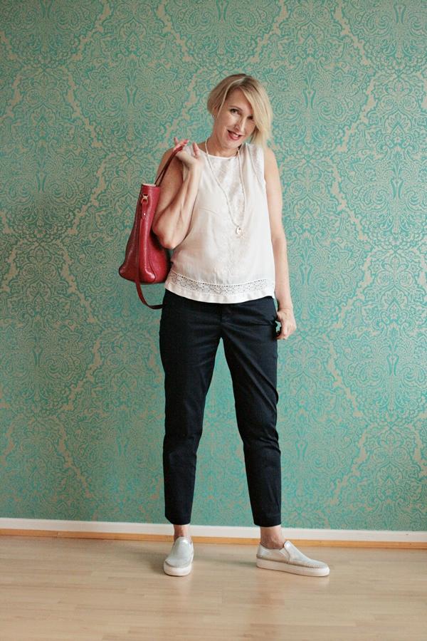 Ärmellose weiße Bluse zur blauen Chino-Hose - Glam up your Lifestyle