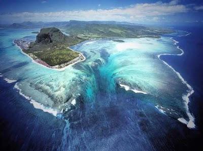 Fantastis, Air Terjun Berada di Dalam  Laut