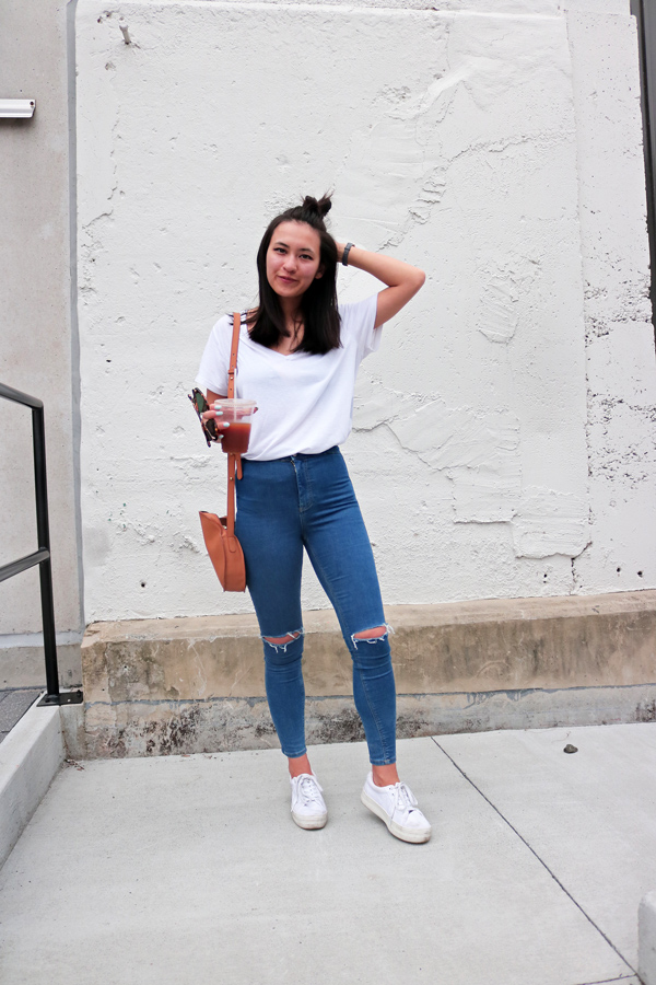 White T-Shirt High Waist Blue Jeans White Sneakers