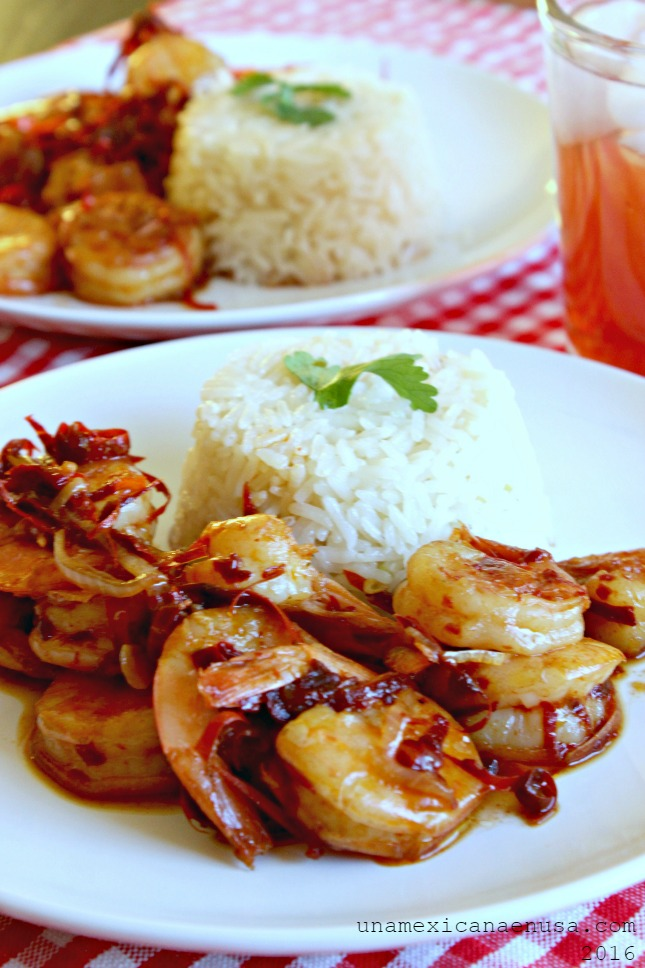 Camarones al ajillo para dos, servidos con arroz blanco