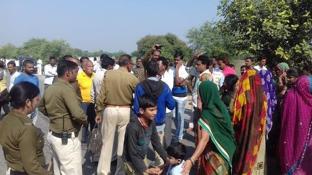नरसिंहगढ़ रोड पर ट्राले की टक्कर से बाइक सवार की मौत.. गुस्साए ग्रामीणों ने सड़क पर किया देर तक प्रदर्शन..