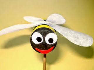 http://manualidadesreciclables.com/15399/hacer-una-abeja-gigante-de-corcho