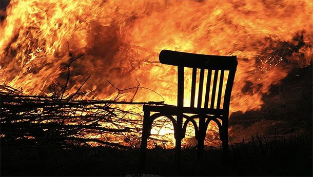 ربط السجين في كرسي