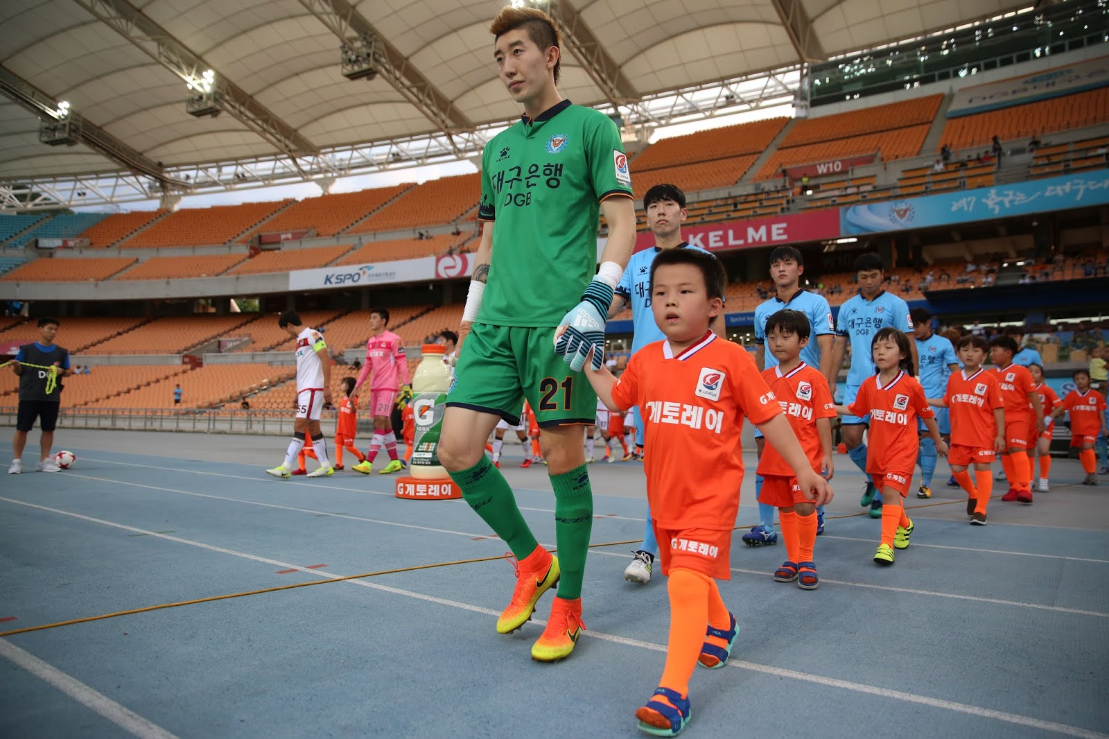 Cho Hyunwoo leads the team out against FC Seoul in 2017