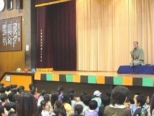 PTA文化講演会「親子で楽しむ三遊亭楽春落語鑑賞講座」の風景。