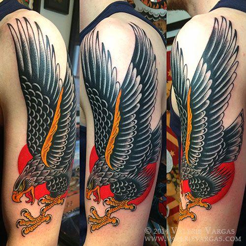 brazo de chico con un aguila tatuada que lo cubre entero a color y en estilo tradicional