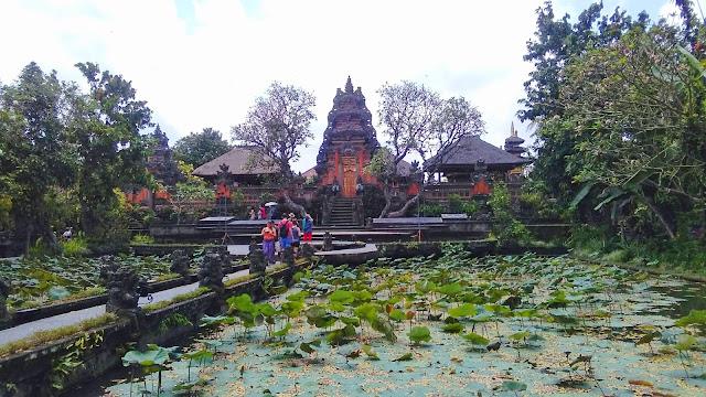 Templo Sarawasti Ubud y bar lotus