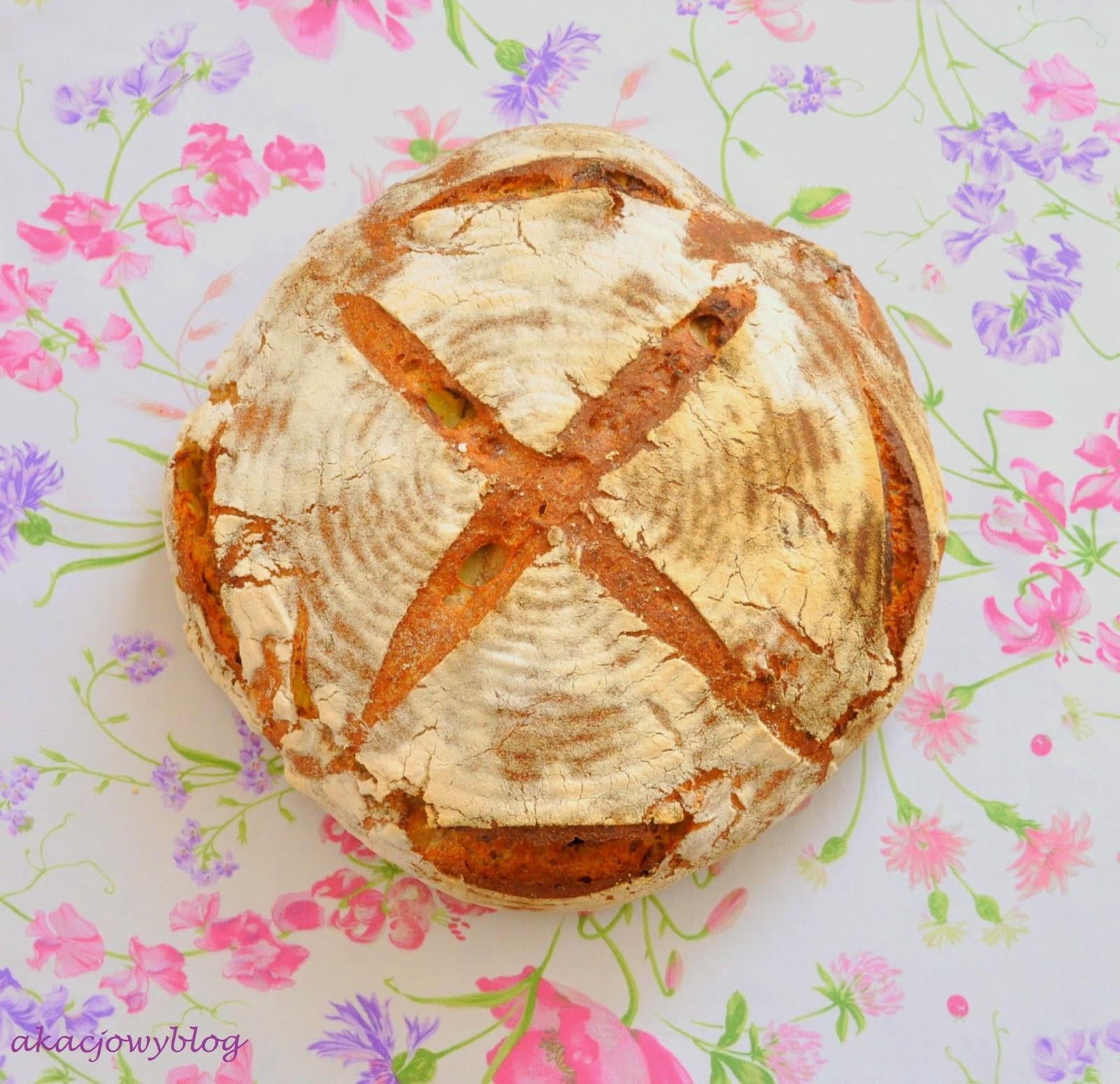 Chleb z pieczonymi ziemniakami i rozmarynem na zakwasie.
