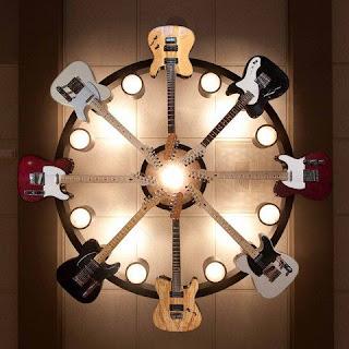 Chandelier elaborado con guitarras