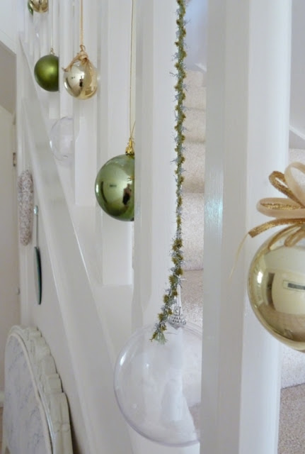 Stylish settings christmas staircase - Christmas decorations for stair rail ...