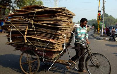 Trabalhador ciclista catador de papelão em Delhi, India
