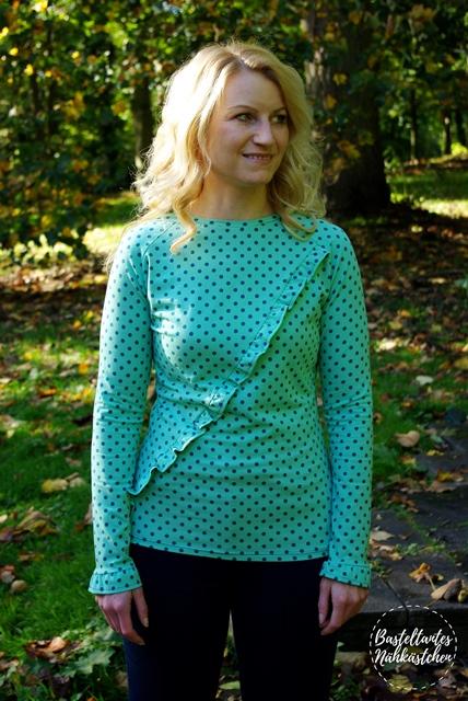 Frau in Türkis gepunkteten Raglan Shirt Rüschli(Longsleeve) mit Rüschen - Rüschli Schnittmuster für Frauen von Textilsucht -Mode für Frauen selber nähen Nähblog