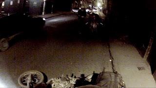 Por um descuido a moto vai ao chão.
