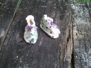 sapatinho bebe feltrado e bordado