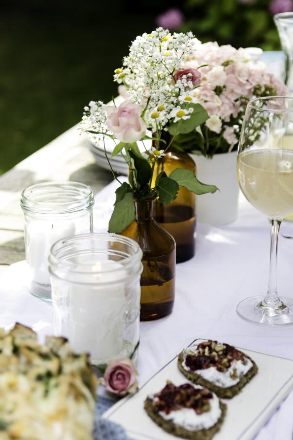 Grillparty im Sommer: Tolle DIYs und Rezepte für ein schönes Fest. Frischkäse-Schnittchen als Käseligel. By titatoni