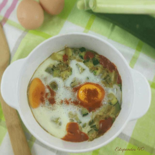 huevos-al-plato-con-puerro-y-calabacín