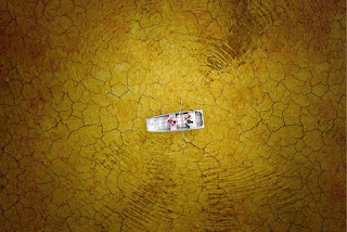 Mendayung perahu di atas tanah retak