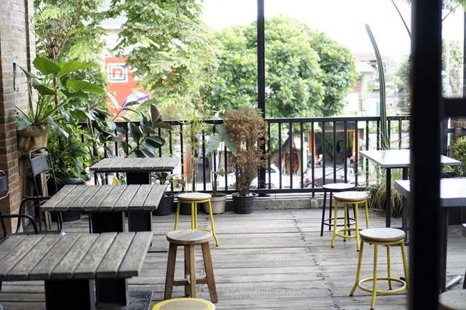 Ruang luar kedai kopi The Coffee Cabin Bar Magelang