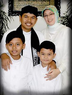 {focus_keyword} Foto Bugil Ibu Bupati Purwakarta Anne Ratna Mustika, Ibu Bupati Merasa Di Peras Foto Bupati Purwakarta bersama istri dan anaknya