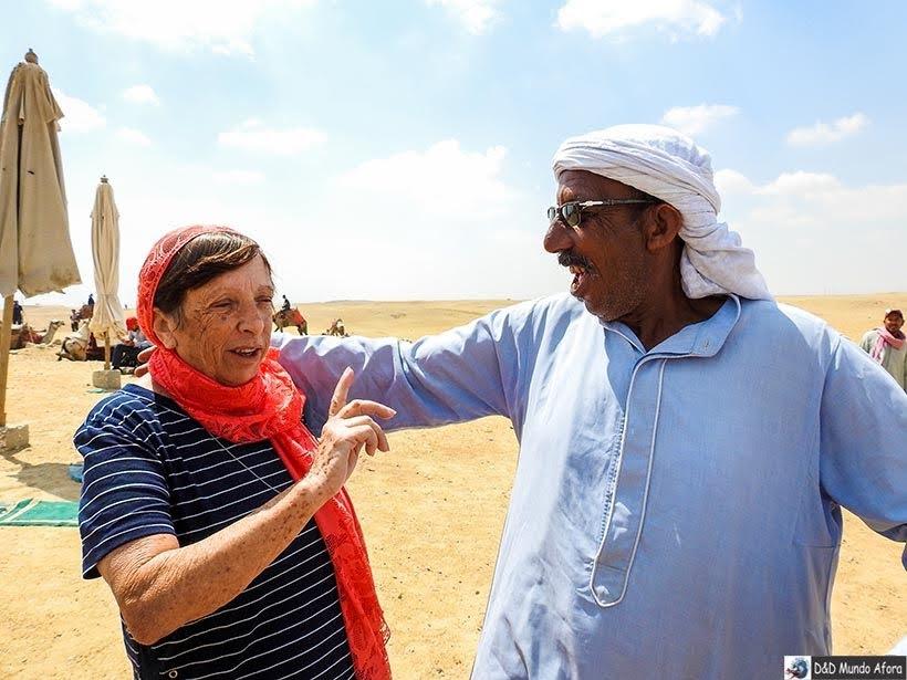 Dono do dromedário tentando convencer mamis a dar uma voltinha - Diário de Bordo: 2 dias no Cairo