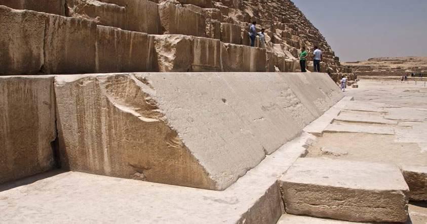 La Gran Pirámide estaba cubierta originalmente con piedras desde la cubierta, aunque sólo unos pocas sobreviven hoy en día.