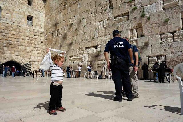 Petits et grands, juifs et non juifs tout le monde est autorisé à s'approcher de mur à partir du moment où la tête est couverte