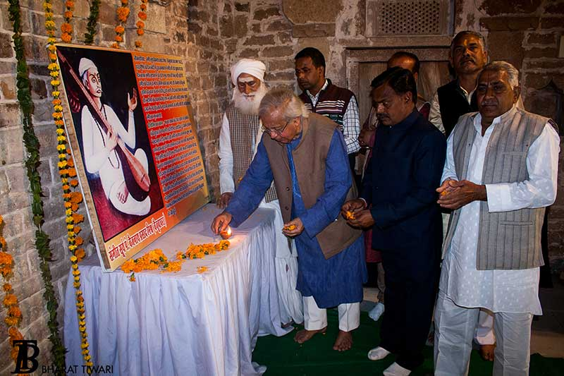 Ashok Vajpeyi lighting the diya, inaugurating the Baiju Bawara festival—  Photo © Bharat Tiwari