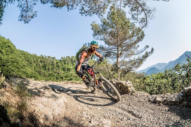 Singletrail Abfahrt MTB Mountainbike Pointe des Trois Communes