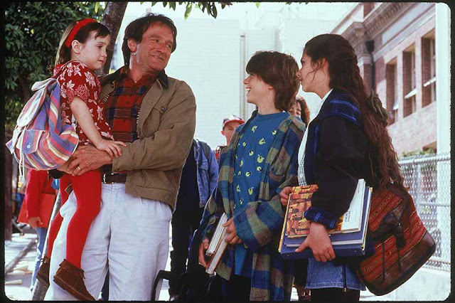 Mrs. Doubtfire - خلف قناع السيدة اللطيفة هناك قلب أب متشوق لرؤية أطفاله  الكثير من الحب والدفء والإبداع.. أفلام توضح لنا  كيف تناولت السينما الأمومة والحياة الأسرية بشكل عام