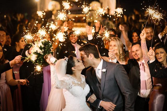 casamento real, porto vittoria, decoração, cerimônia, azul e branco, passarela de espelho, cerimônia a céu aberto, beijo, saída dos noivos, sparkles