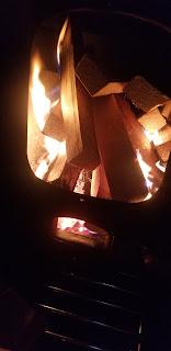 メラメラと燃えやすい雑破を大量に薪ストーブへ投入