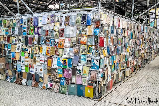 Base con libros de la Torre de Babel, Buenos Aires, Argentina