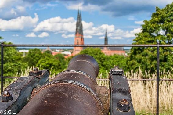 Cañones del slot de Uppsala apuntando a la catedral de Uppsala. Visitando Suecia: un dia en Uppsala