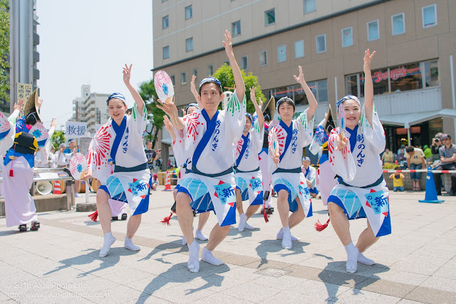 高円寺、熊本地震被災地救援募金チャリティ阿波踊り、東京新のんき連の舞台踊りの男踊りの踊り手の写真 3枚目