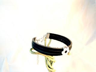 Vue latérale du bracelet cuir noir décoré d'un motif fleur