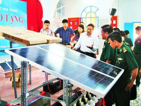 Tiến sĩ Trần Tiến Phức mô tả hoạt động của hệ thống điện năng lượng mặt trời