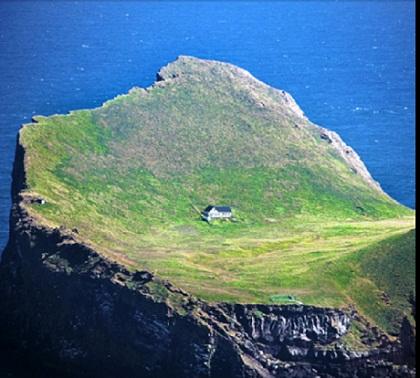 Najusamljenija kuća na kamenom otoku: Zašto je tamo?