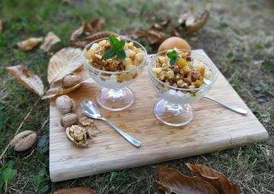 Griechischer Joghurt mit Nashibirne und karamellisierten Walnüssen