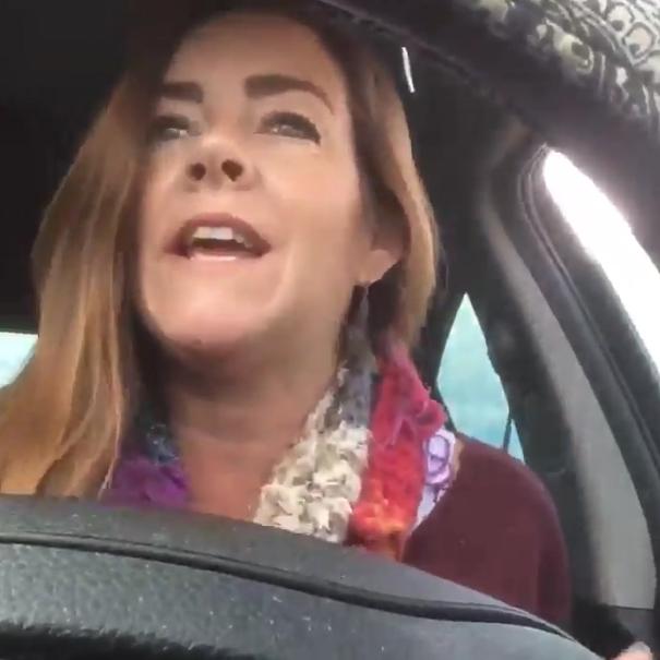 Madre rapea y le manda video a su hijo; se vuelve viral