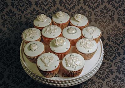 cupcakes élégants, cupcakes nacrés, cake design, pâte à sucre, modelage, modeling flowers, white and silver cupcakes, cupcakes d'anniversaire, cupcackes bijoux, patissi-patatta