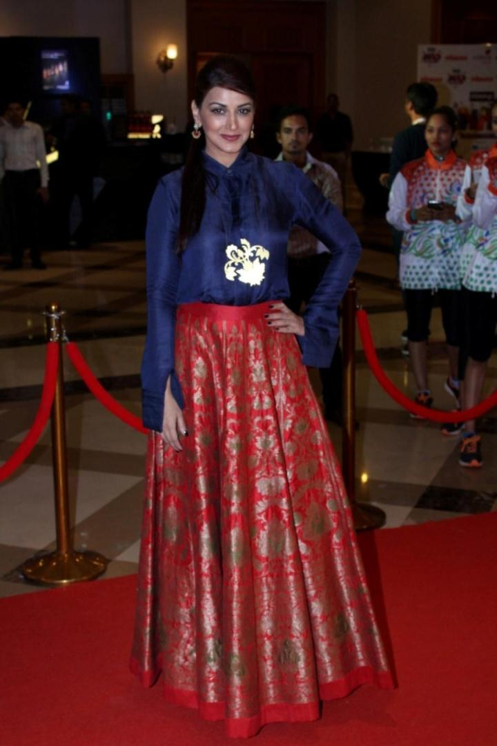 Sonali Bendre At Lokmat Maharashtra Most Stylish Awards In Blue Dress