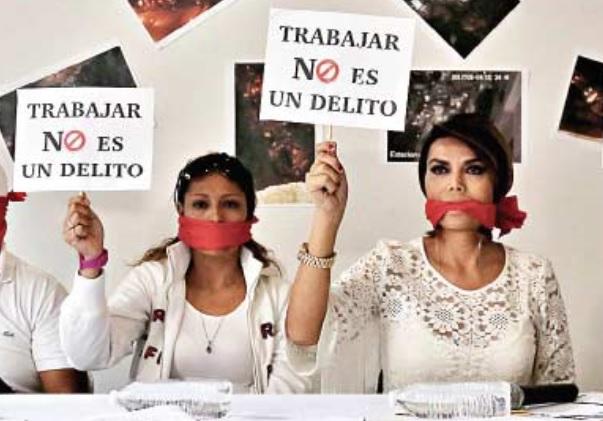 Dos vendedoras ambulantes reclaman derecho a vender amordazándose con tela roja en México