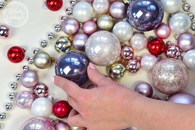 Christbaum aus Weihnachtskugeln basteln