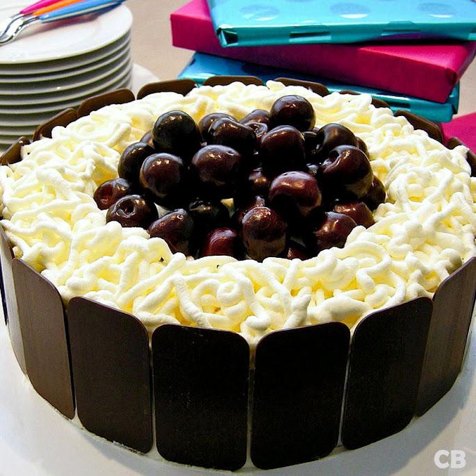 Zomerse chocoladetaart met slagroom en verse kersen