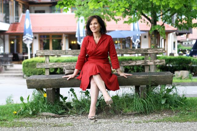 Женщина за 50 в красном платье