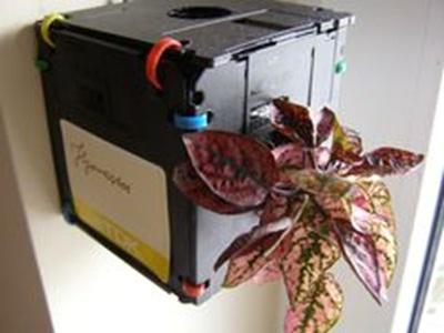 8. Disket (floppy disk) dirangkai menjadi pot tanaman gantung