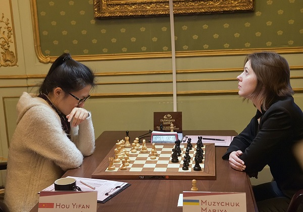 Hou Yifan avec les Blancs face à Mariya Muzychuk lors de la 9ème et ultime partie - Photo © Vitaliy Hrabar