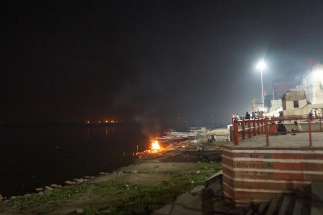 Membakar jenazah di tepian Sungai Gangga