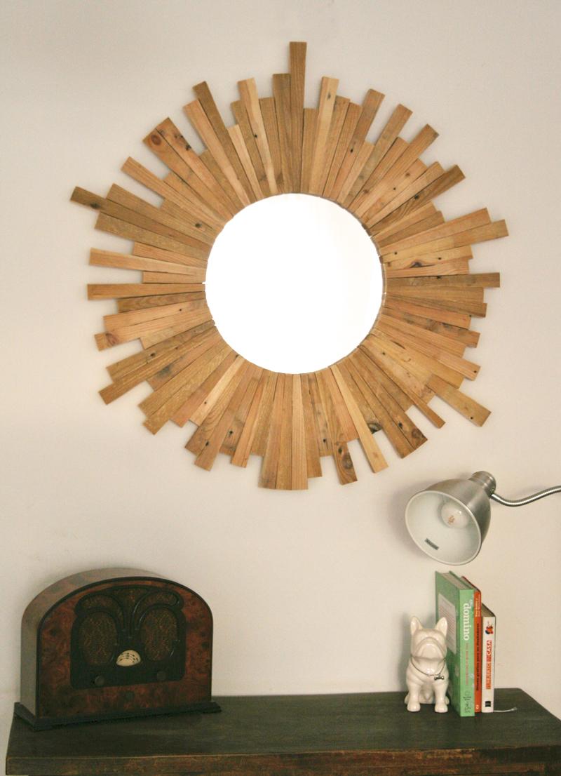 Cómo hacer un espejo con maderas recicladas de palets (via diyambo.com)
